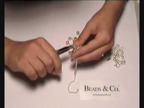 """Creare braccialetto:  Ecco l'occorente necessario:  8 perline swarovski da 8mm periot,  8 colore rose 8 colore acquamarine  8 colore topaz  18 cm di catena  12 pendenti a forma di fiore  4 pendenti a farfalla  33 chiodini  66 coppette a forma di fiore  49 anellini  1 anellino di chiusura  1 bollatina beads and co    tutto ciò lo potete trovare anche sul sito http://beadsandco.it/ cercando """" kit bracciale butterfly """". Lezione 16"""
