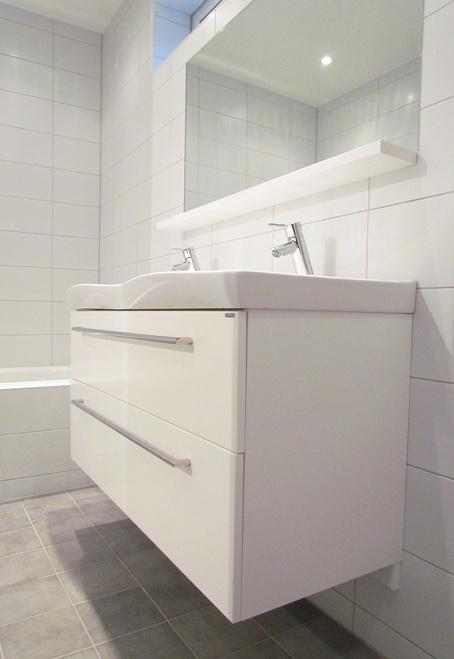 Inkaklad spegel och badkar