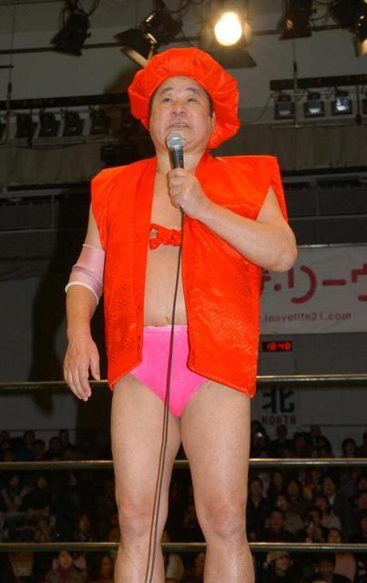 還暦を迎え、赤いちゃんちゃんこ姿で引退を発表した永源遙さん=2006年1月11日撮影、後楽園ホール