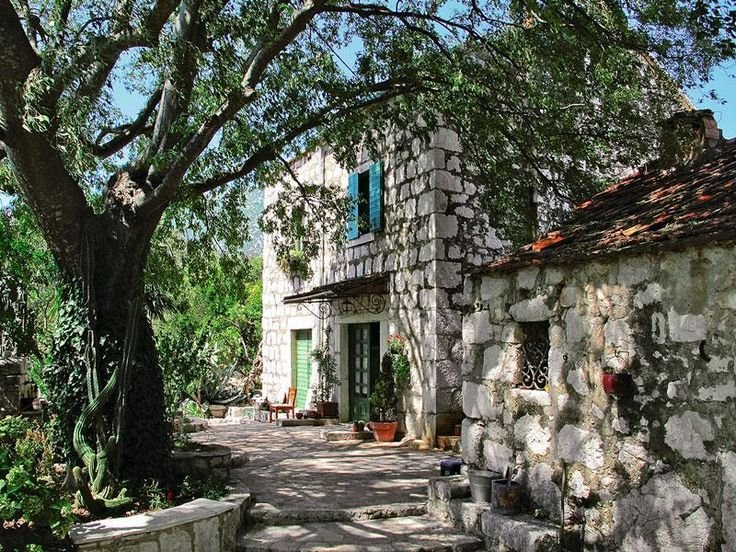 House 706166 in Makarska, Central Dalmatia for up to 6 persons – CASAMUNDO - book simply & securely online now! This complete restored 100 years old stone cottage has a pool, a volleyball and a basektballfield. Further is surrounded by the beautiful nature of croatia.
