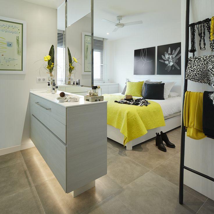 Molins Interiors // arquitectura interior - interiorismo - decoración - dormitorio - principal - suite - baño - open space - espejo - iluminación - retroiluminado - colgador - amarillo