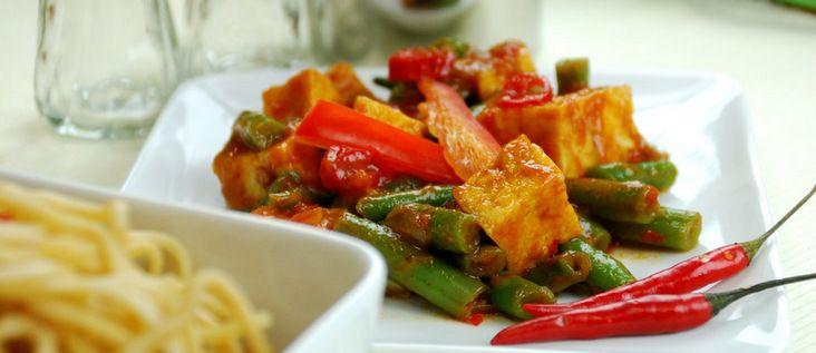 Gerecht printenWilt u een heerlijk Indisch groentegerecht proberen? Het gerecht is gevarieerd met kip, garnalen en groenten. Een gerecht om te smullen! Benodigdheden 1 pond fijngesneden spercibonen 1/2 pond garnalen 1/2 pond kippelever 1/2 pond kippemagen 6 rode spaanse pepers 1 theelepel trasie 2 grote uien 4 teentjes knoflook 2 vingerlenges sereh 3 loasknollen 1 …