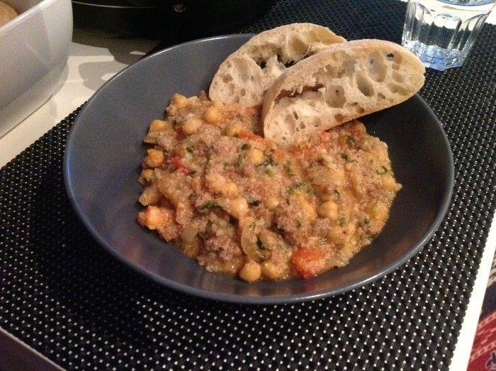 Marokkaanse couscous gehaktschotel met 250gr rundergehakt, 1 kopje couscous, 1 blokje groentenbouillon, 3 verse tomaten in stukjes, 1 blikje kikkererwten, verse peterselie, 2 grote uien, 4 teentjes fijngehakte knoflook, peper, kurkuma, nootmuskaat, chilipeper. Dit simpel gerecht is binnen no time klaar. Serveer er brood bij, bijv. ciabatta. Om je vingers erbij af te likken! Eet smakelijk!
