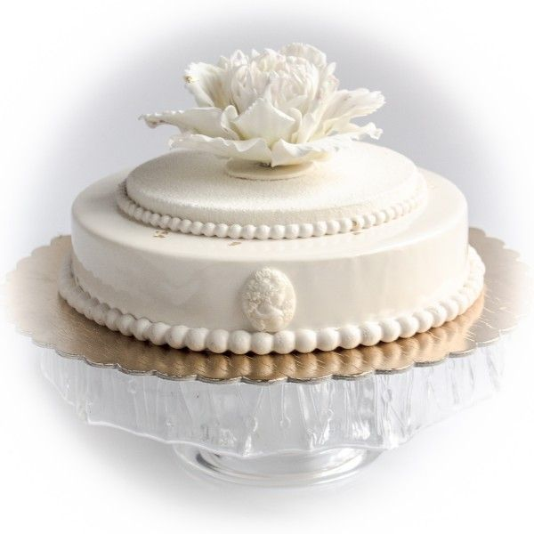 Белый свадебный торт с пионом и камеей