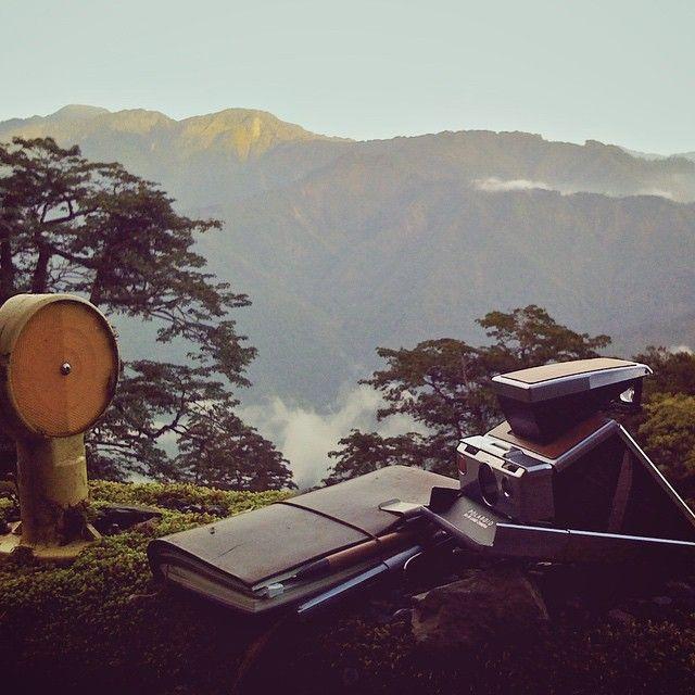 雪山山脈前,2009。 ------------ 為了上禮拜的分享會,找到這張2009年以初代iPhone拍的照片,看著看著,感觸良多。 那時為了一個台灣茶的形象影片專案,一早開車直奔福壽山,途經壯麗的合歡山脈,當晚在茶廠裡和採茶人同住,隔天凌晨搭著小發財一個多小時山路到達鐵觀音茶園,接著和夥伴們各扛著一部攝影機,在幾近45度的山坡上拍攝採茶女的工作。 現在回想起來,那樣的拍攝環境實在有夠危險,整個工作團隊憑藉的都是一股憨膽。不過想想,後來也有不少專案都有著差不多的危險及挑戰性;當時對工作真是狂熱啊! #雪山 #旅人筆記 #筆記本 #文房具 #TRAVELERSnotebook #TRAVELER #stationery #文具 #寶麗來 #拍立得 #SX70 #福壽山農場 #notebook