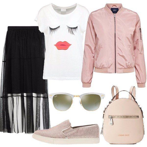 Outfit+urban+composto+dalla+gonna+lunga+nera+in+tulle+sopra+e+sottoveste+sotto+più+corta,+abbinata+alla+t-shirt+bianca+con+stampa+e+scollo+tondo,+bomber+pastello+con+colletto+alla+coreana,+multitasche+e+chiusura+con+cerniera.+Sneakers+slip+on+rosa+con+strass,+borsa+a+zainetto+in+similpelle+con+taschino+con+zip+esterno+e+logo,+occhiali+in+metallo+con+lente+a+specchio.