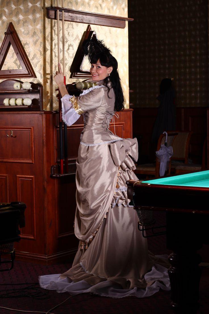Платье в стиле модерн, выполнено из тафты, обработано декоративными оборками сзади и декоративным бантом. Украшено золотистыми лентами, кружевом и бусинами. Моя авторская работа.