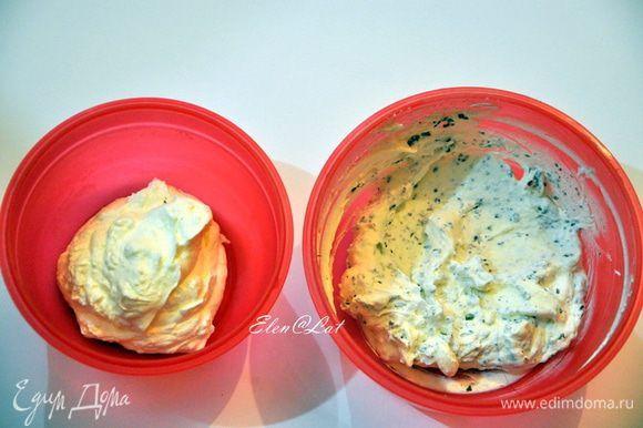 Для крема: взбить жирные сливки, добавить 1 ст.л. сахарной пудры. Взбить. В отдельную миску отложить 4 ст.л. сливок. В оставшиеся сливки добавить 30 г тертого шоколада, перемешать.