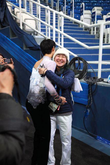 〈ソチオリンピック(男子フリー)〉 優勝を決めた羽生結弦に抱きつく村上佳菜子=飯塚晋一撮影