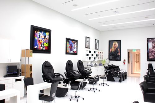 salon-de-belleza-con-sillas-negras
