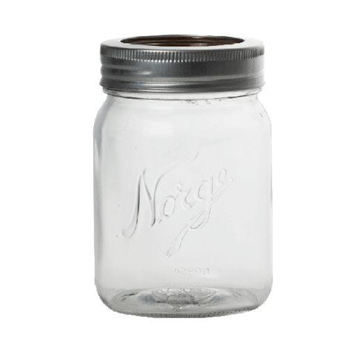 0,7 liter. 59 kroner. 15 cm høyt. Norgesglasset med skrulokk er det tradisjonelle norske sylteglasset. Det er laget for hermitisering og oppbevaring av mat, men er også solid og praktisk og fint å bruke til dekorering.
