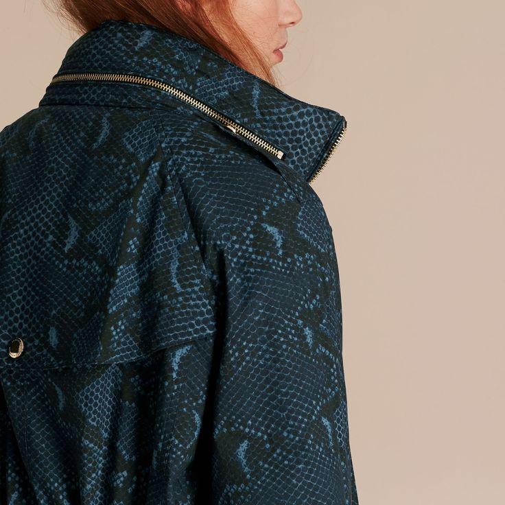Veste parka de style casual, confectionnée en sergé de coton imperméable avec imprimé camouflage. La capuche repliable et les pattes de réglage aux manches permettent un ajustement en fonction de la météo. Le cordon de serrage à la taille vient définir la silhouette.