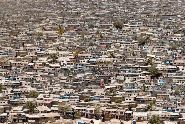BRIC IV: Ghatkopar Wadi, Mumbai, India-2009© Marcus Lyon: Con una densità di 30mila persone al km quadrato, Mumbai manca di pianificazione urbana e di infrastrutture