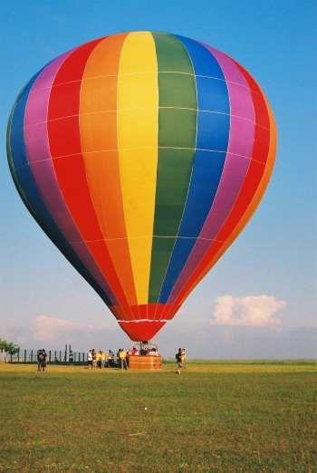 A dica aqui é aproveitar a folga com adrenalina, seja para um voo de balão ou um salto de paraquedas... - Divulgação