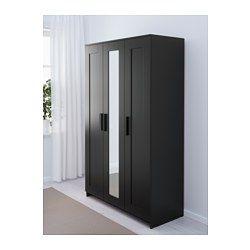 UOL: Brug for skab??  IKEA - BRIMNES, Garderobeskab med 3 døre, sort, , Spejldøren kan placeres til venstre, højre eller i midten.En spejldør sparer plads, fordi du ikke har brug for et separat spejl.Flytbare hylder gør det nemt at tilpasse afstanden mellem hylderne efter behov.Organiser din opbevaringsløsning indvendigt med SKUBB indretning.Hængslerne kan indstilles, så døren hænger lige.