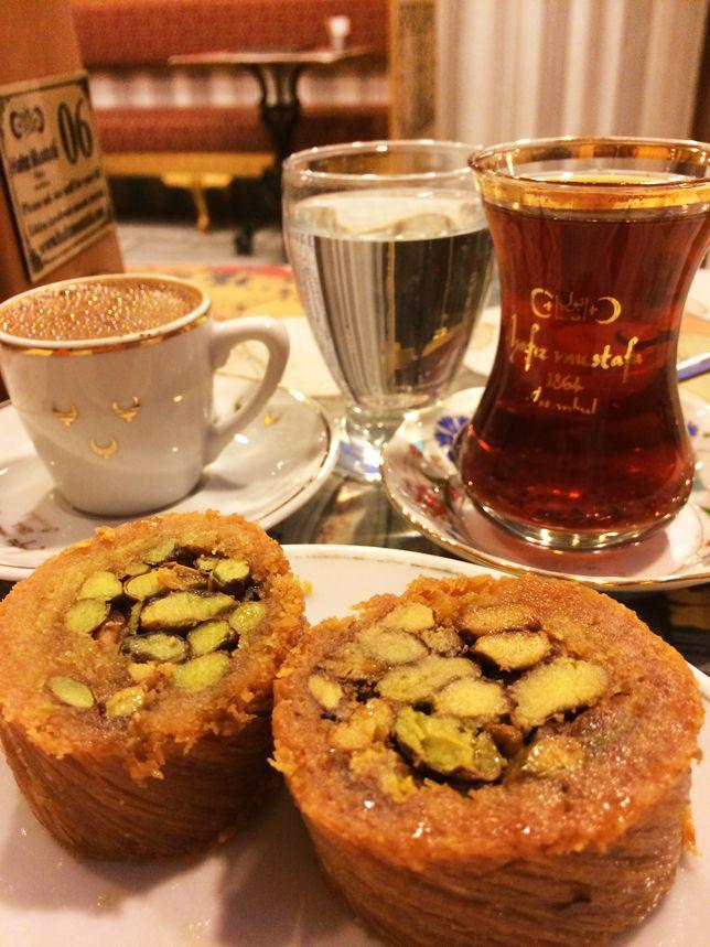 Sobremesa típica turca, com chá preto e café turco, saiba no blog como foi a nossa viagem! #istambul #turquia #feedyoursoul