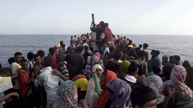 awesome Italiaanse kustwacht redt 2.400 bootvluchtelingen op zaterdag