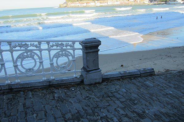 La barandilla de la Concha arrancada del hormigón debido a la fuerza de las #olas. Fotografía tomada el día posterior a los temporales del año 2014 en #Donostia