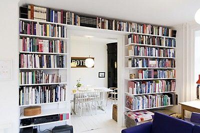 Platsbyggd bokhylla runt dörr eller fönster är ett smart sätt att optimera din förvaring. Dessutom snyggt!  Använd Elfa bärlist och hängskena eller väggskena (sparring). Pryder sin plats både i sovrum, barnrum och vardagsrum.
