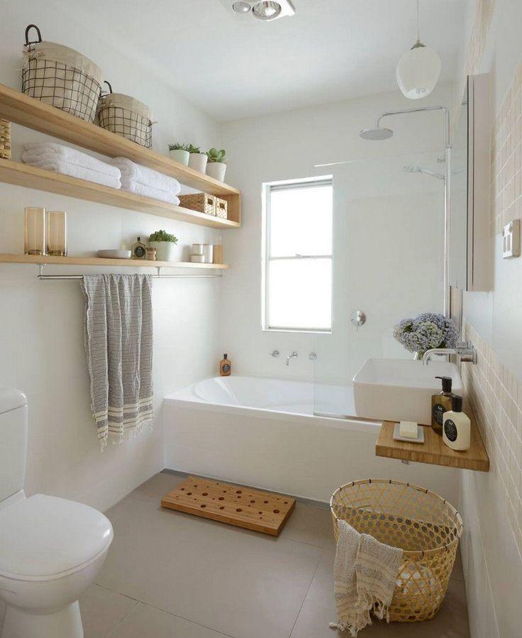 Gäste-Toilette mit Badewanne in hellen Farben …