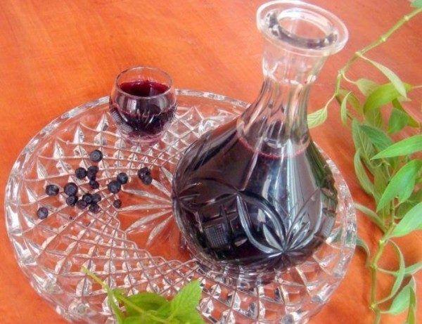 Приготовление наливки из смородины – процесс не сложный. При всей своей простоте алкогольный напиток получается замечательным, не идущий ни в какое сравнение с приобретенными в магазинах. А благодаря специфическому насыщенному вкусу ягод, крепость такого напитка абсолютно не ощущается.