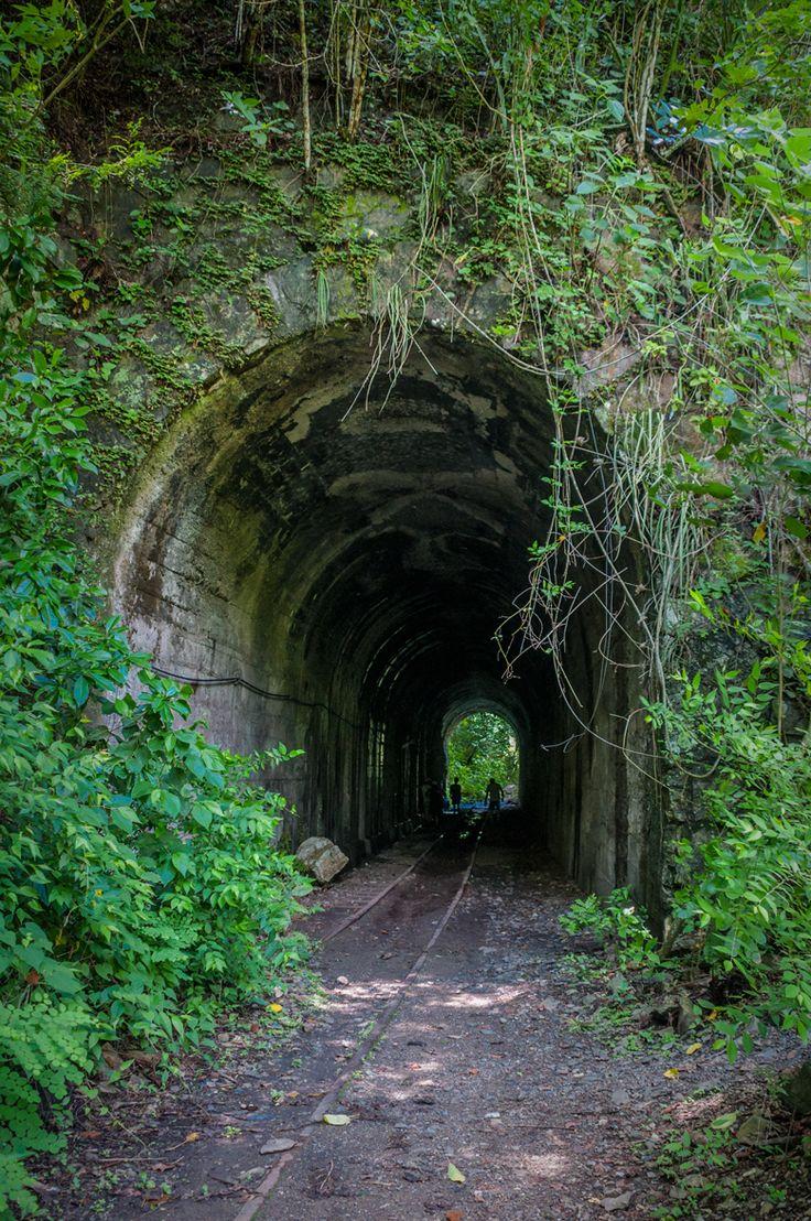 Túneles de la antigua carrilera del tren que cruza Tobia, Cundinamarca. Caminata a la quebrada la Bomba.