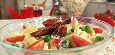 Salada de Macarrão - Em uma tigela, misture o macarrão com o pimentão, a ervilha e a maionese. Tempere com sal. Decore com bacon e tomate cereja.