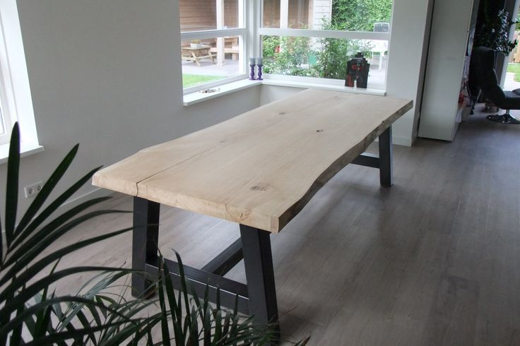 Stoere en robuuste eiken #houten tafel met #metalen onderstel. Het tafelblad is 2,8 m lang, ongeveer een meter breed en 7 cm dik.