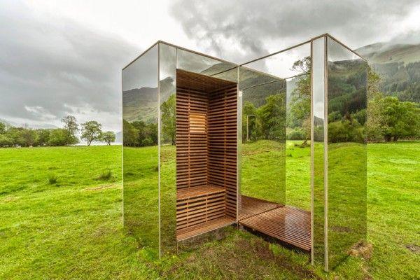 Étudiants en architecture, Angus Ritchie et Daniel Tyler ont imaginé et construit ce belvédère en miroirs dans un parc national écossais dont les façades de la conception reflètent ce paysage verdoyant entouré de montagnes et de lacs. Avec un budget de seulement £ 5 000, les jeunes architectes ont conçu un pavillon utilisant des miroirs et une à ossature de bois avec des bancs intégrés pour encadrer les différentes vues du paysage.