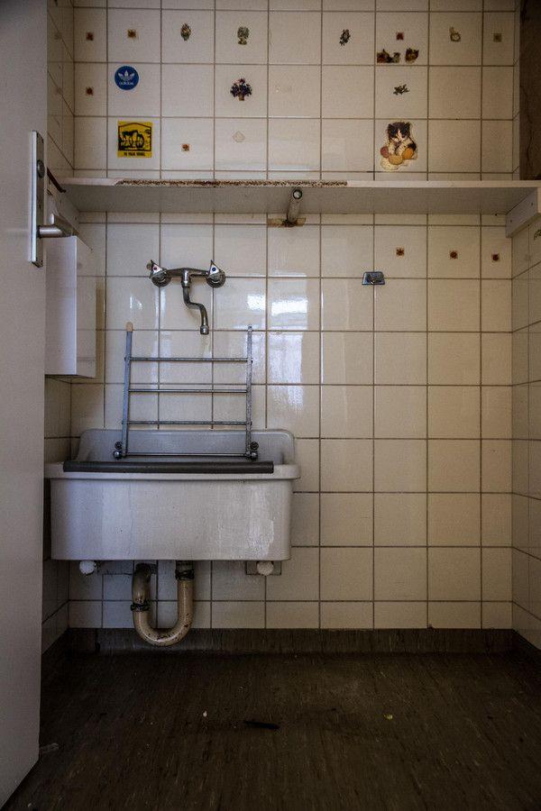 De stickers kunnen een oude wasruimte niet meer opfleuren.