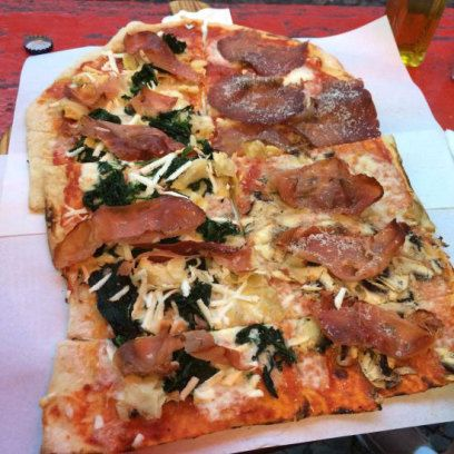 Knuspriger, dünner Teig und eine leckere Tomatensauce als Basis unter frischem Belag – eine gute Pizza ist scheinbar kein Hexenwerk, und doch erstaunlich schwer zu bekommen. Wir verraten, wo dies in Berlin gelingt. Und was Sie beim Besuch dort sonst noch zu erwarten haben...