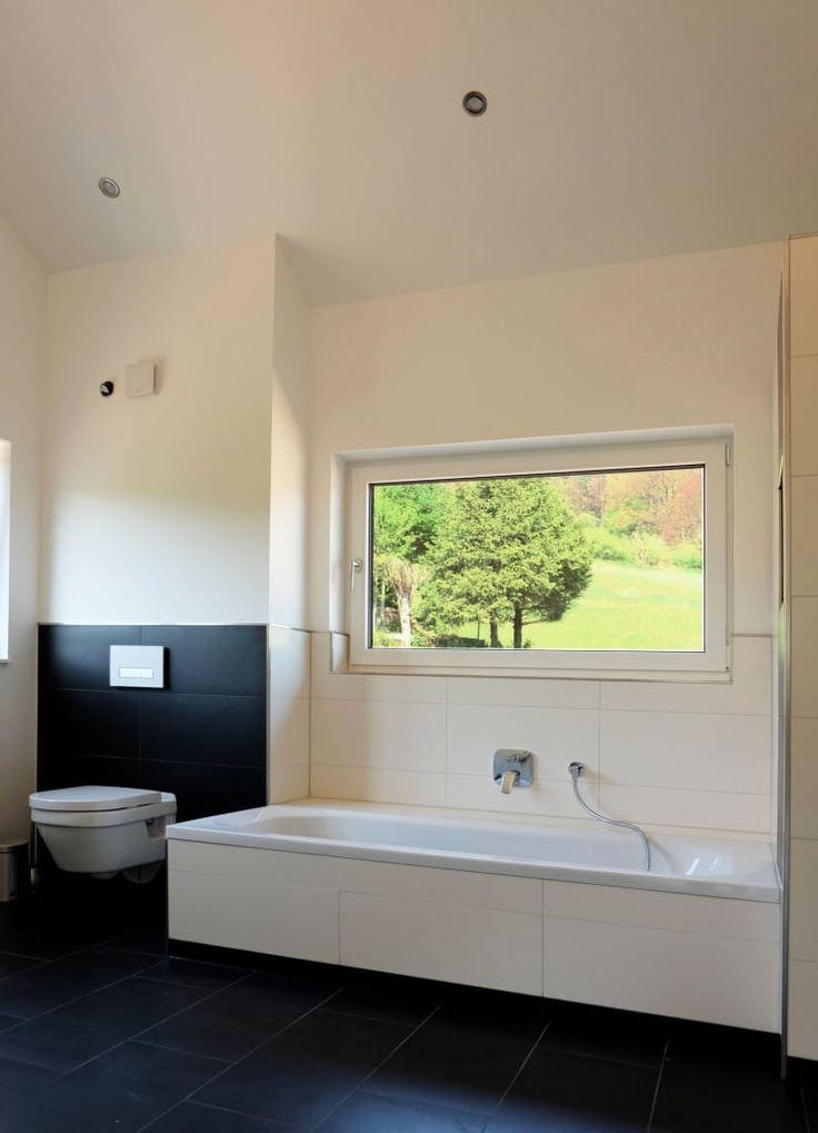 Moderne Badezimmer Bilder: Badezimmer mit hohen Decken und Ausblick ins Grüne | homify