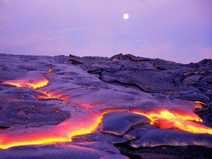 地面から現れる溶岩と月のコラボが、自然の壮大さを感じさせてくれる写真です。