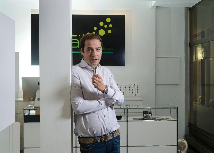 L'e-cigarette, un marché en plein essor. Julian Solomon, fondateur d'une boutique de cigarettes électroniques The e-vape shop. © Thierry Parel