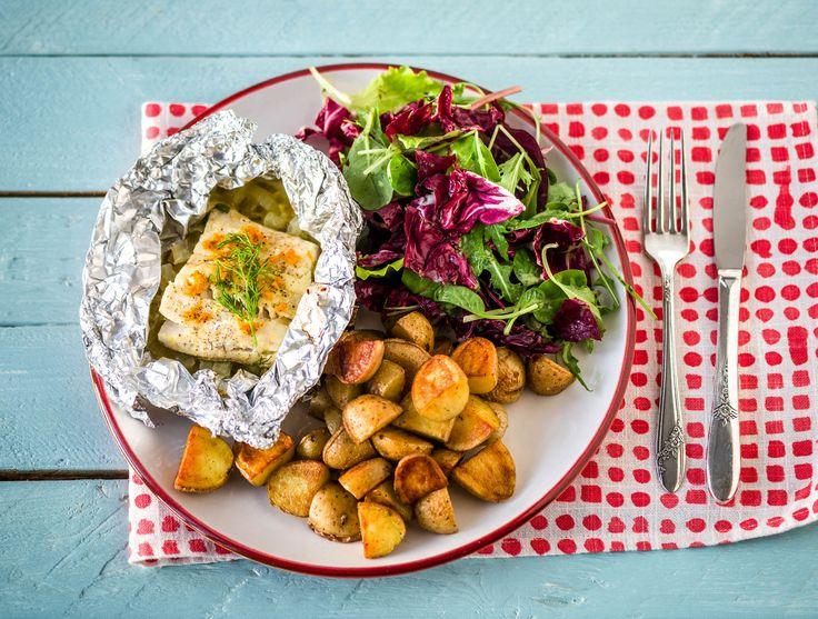 Vispakketje met venkel, gebakken krieltjes en salade met sinaasappeldressing