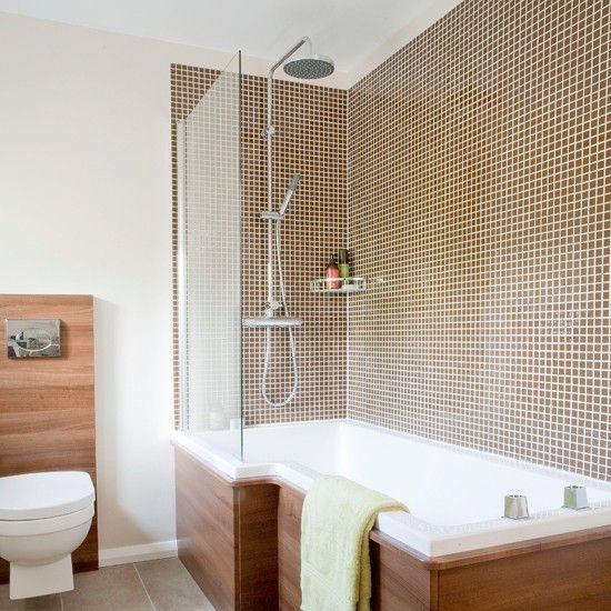 """Использование плитки только в """"мокрой"""" зоне ванной комнаты. Стеклянная перегородка вместо шторки."""
