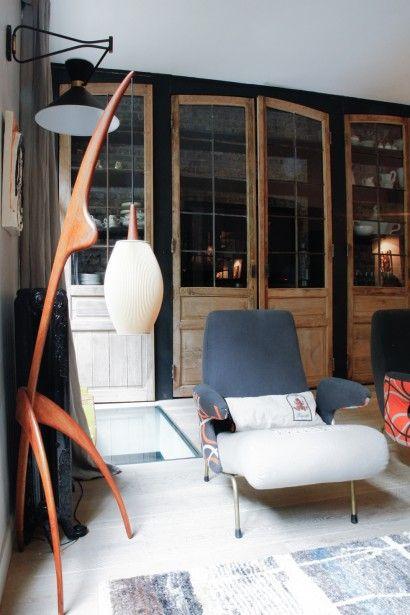 TOUCH esta imagen: Dans le salon, lampe Rispal chinée et fauteuil vintage re... by The Socialite Family