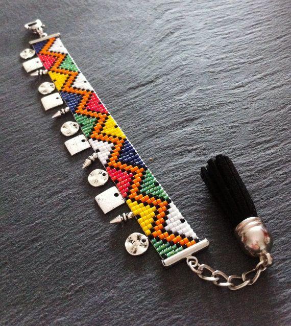 Bracelet Manchette Motif Massai et breloques par TDFTheDreamFactory, €22.00 bead loom, beadwork, seed beads, african.