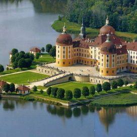 Il castello di Moritzburg si trova nella città tedesca di Moritzburg a 15 chilometri a nord-ovest di Dresda, in Sassonia: si tratta di uno dei più imponenti castelli barocchi dell'Europa centrale.