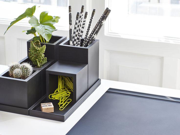 Flot skrivebordsunderlag i gummi samt masser af opbevaringsmuligheder i vores multi kvadrat beholdere.