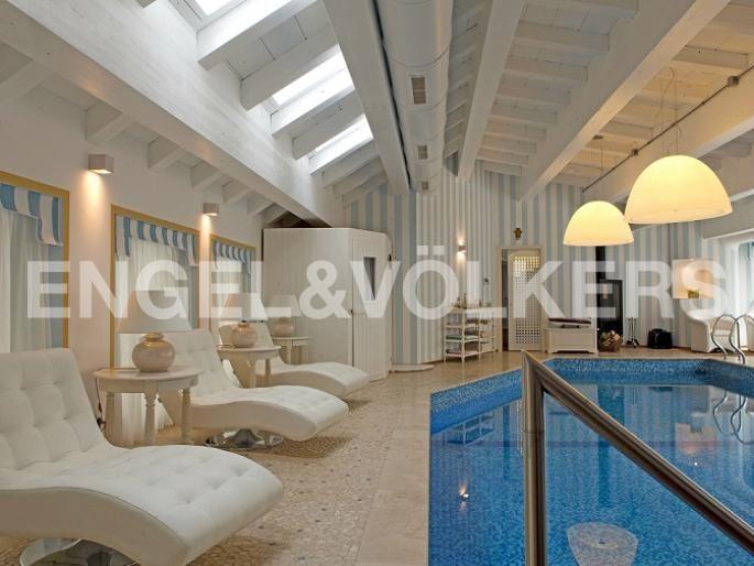 E fra le mura... La vostra villa di lusso Exposé Engel & Völkers | W-01WQGR - ( Italia, Lombardia, Monza Brianza, Concorezzo )