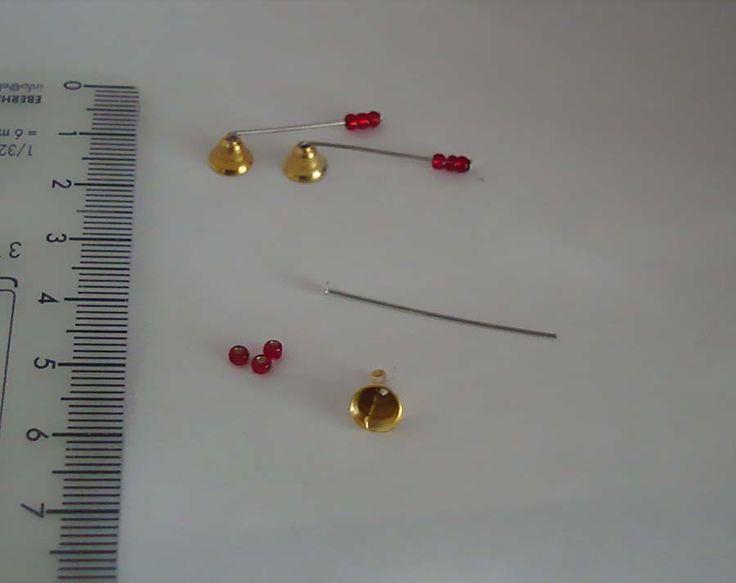 Kynttilän sammutin ohjeineen.        Tarvikeet: korupiikkejä, pieniä helmiä ja EuroMinis pikku kelloja.          Poista kellon sisältä ...