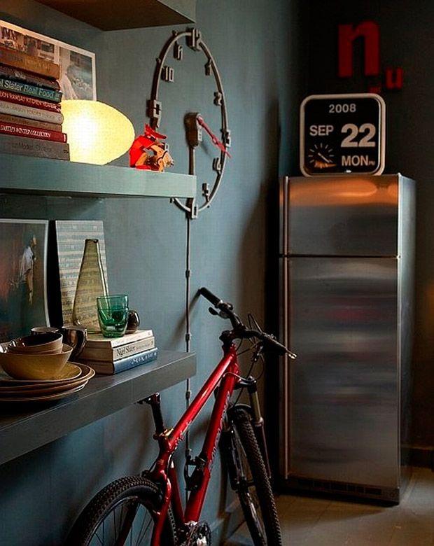 Bicicletas Dentro De Casa: Wall Colors, Bike Storage, Apartment Kitchens, Apartment Interiors Design, Grey Wall, Gray Kitchens, Design Kitchens, Storage Ideas, Dark Wall