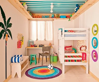 天井に棚を作って収納スペースを活用。