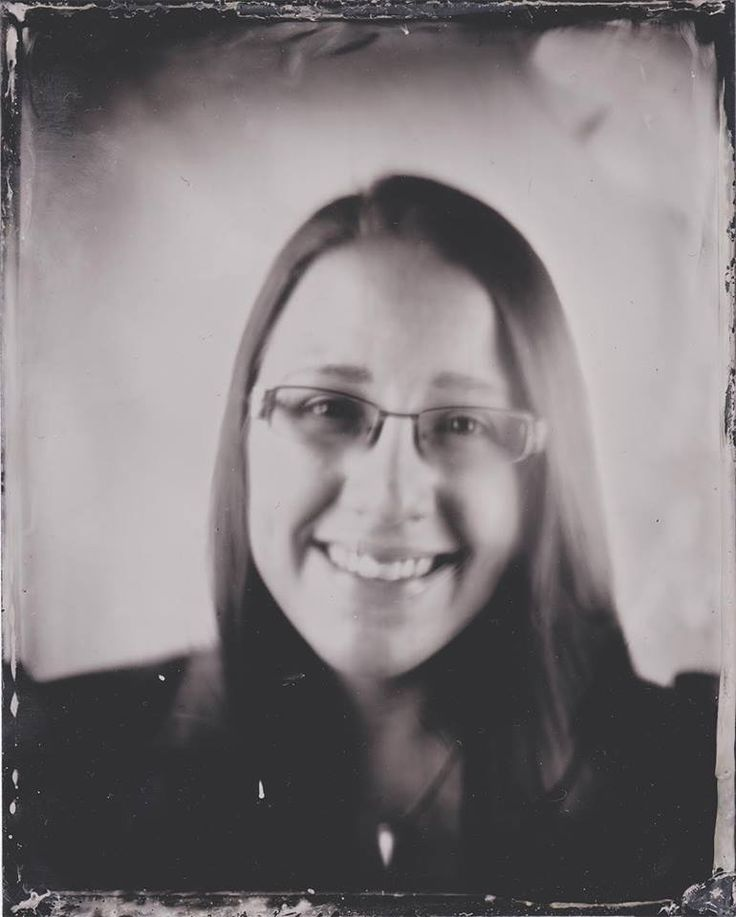 One of our workers got her picture taken by photographer Annabelle Antas, by using the wetplate method. #EKTAMuseumcenter #Ekenäs #Tammisaari #Raseborg #Raasepori #museum #Museo #wetplate #photograph