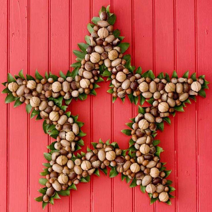 une couronne de porte étoile fabriquée par des noix et feuilles vertes