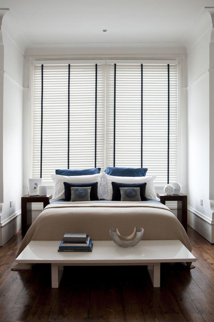 Maßgefertigte Holzjalousie mit dunklem Leiterband für Ihr Schlafzimmer.