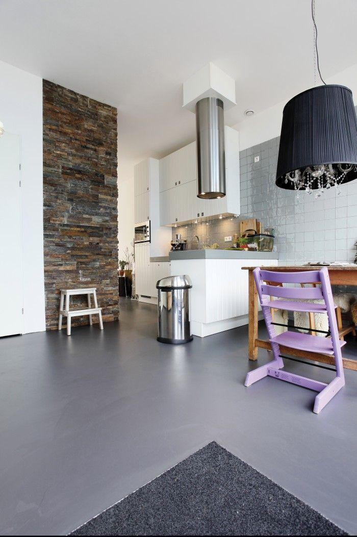 Antraciet Motion Gietvloer met steenstrips. Antraciet gietvloer gecombineerd met steenstrips. De gietvloeren zijn nderhoudsvriendelijk voor de keuken en stijlvol in de woonkamer.