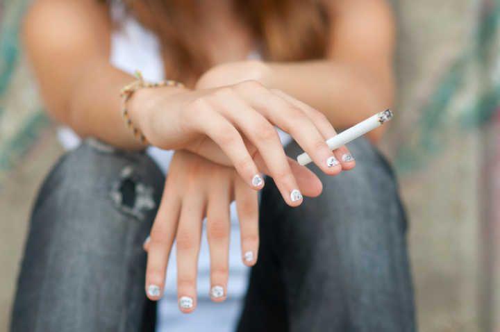 Quadros da esquerda de fumagem de pessoa