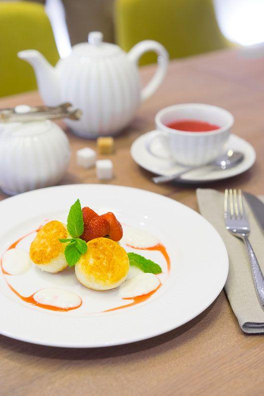 Сырники — один из знаковых утренних десертов.Они играют водной лиге с кашами, панкейками и гранолами. Рецепт сырников простой, а главная технология называется «На глаз». То есть мы используем муку, сахар, яйца и аккуратно смешиваем всё до получения определенной консистенции, у всех она своя, как и форма и итоговый вкус. Многие добавляют изюм, сушенные ягоды, ну...